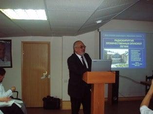 Проф. О.Е. Бобров во время доклада на конференции