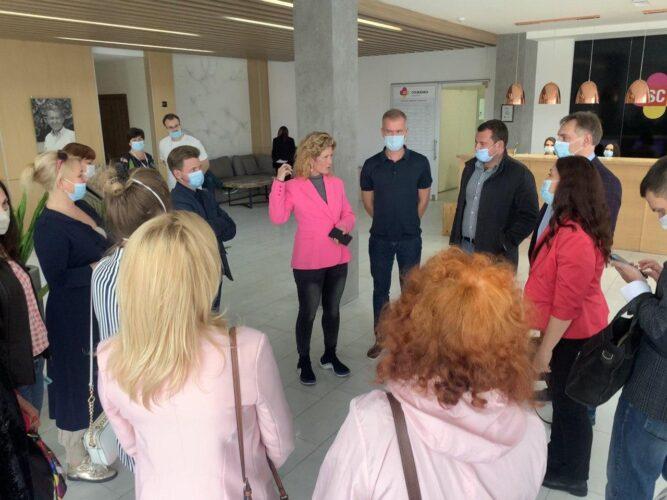 На фото Наталия Спиженко (по центру) и Александр Спиженко (справа) приветствуют гостей в стенах Клиники Спиженко