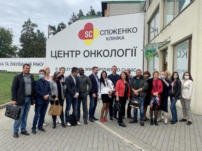 Представители УАМТ в гостях у Клиники Спиженко - совместное фото у центрального входа в медицинский центр